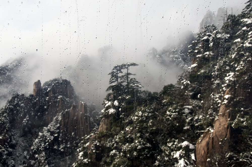 Mount_huangshan 3 : China's World Cultural and Natural Heritage Double: Huangshan,Snow just stop, the snow-covered Huangshan very beautiful, even through ice and fog droplets with Xue altitude cable car glass, it also allows you surprised glass scratches and dirt on the window does not appear to affect the beautiful. Huangshan is a unique natural and cultural products, high-altitude Tram glass of ice and water droplets can be considered beautiful, but separated by glass Huangshan overall look is not clear, it is...