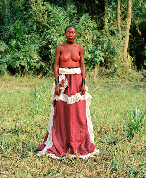 05_StatuetteSorsorne_Oumou_Guinee_2011 : forest, red woman